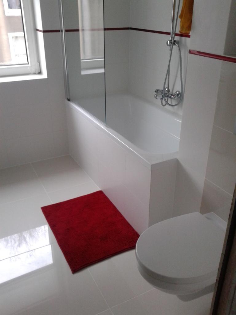 Biało-czerwona łazienka. Remonty łazienek Gdańsk