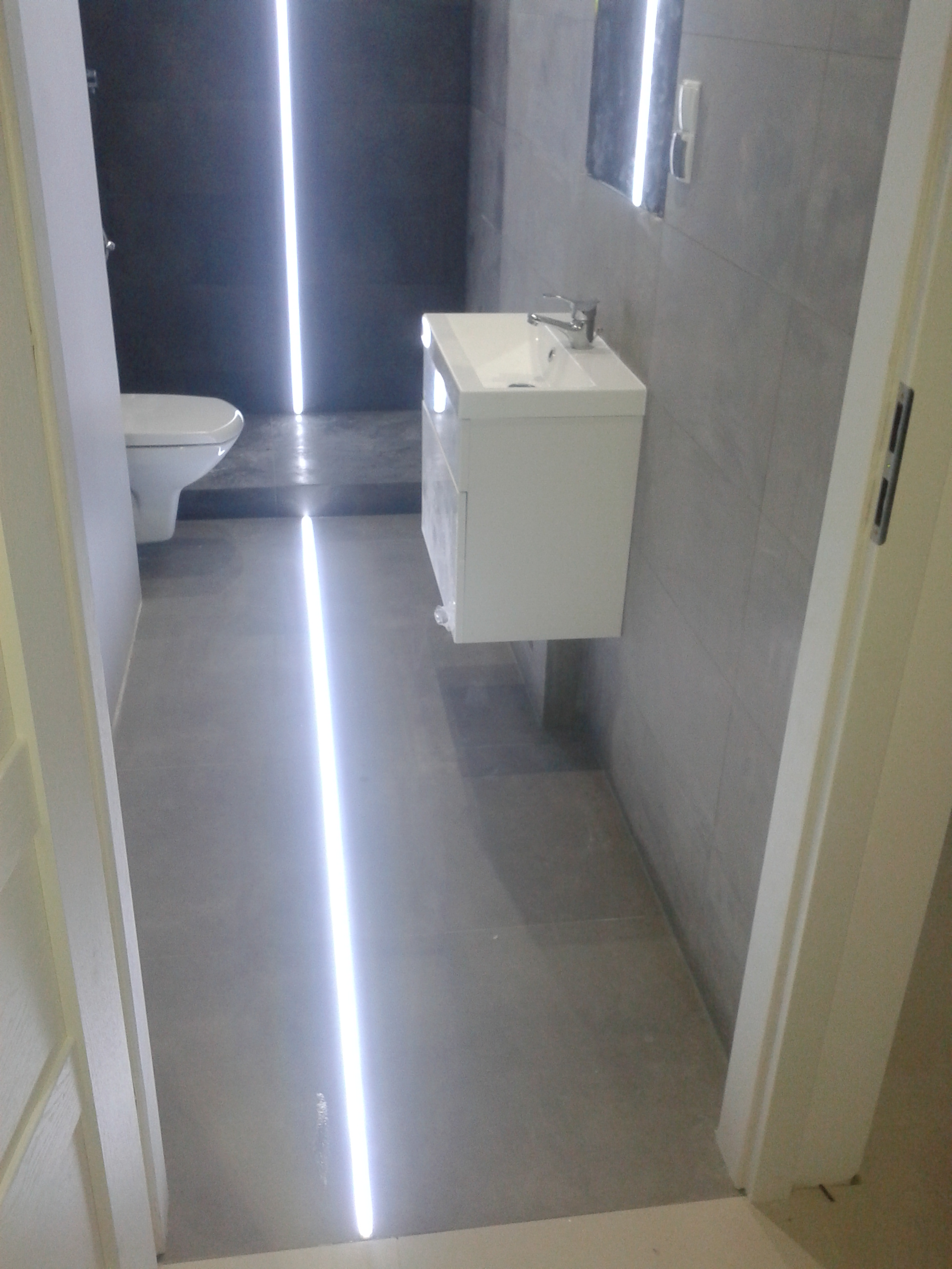 Szaro-grafitowa łazienka, remont
