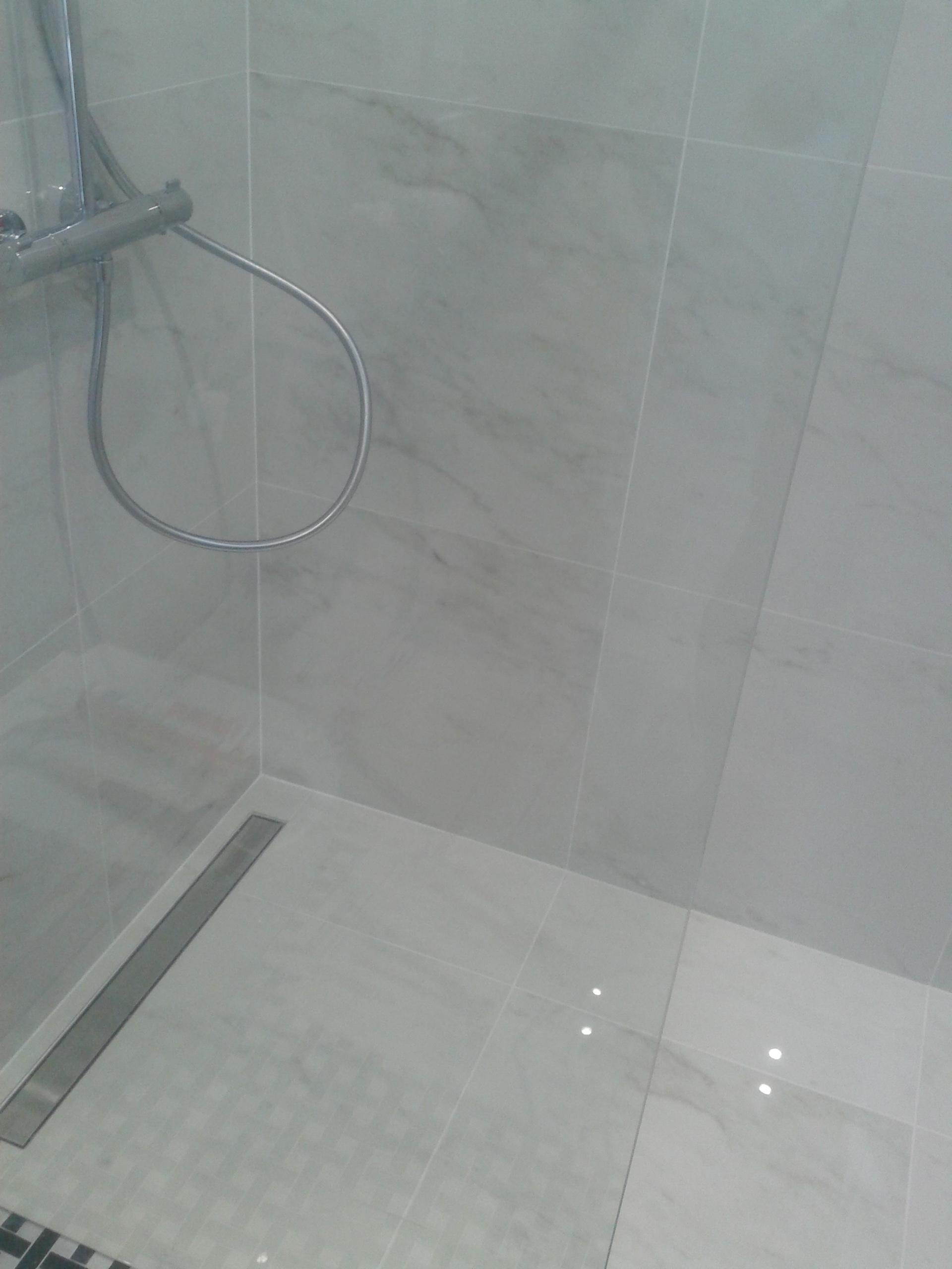 Odpływ liniowy z kabiną typu walk in, wykończenie łazienki