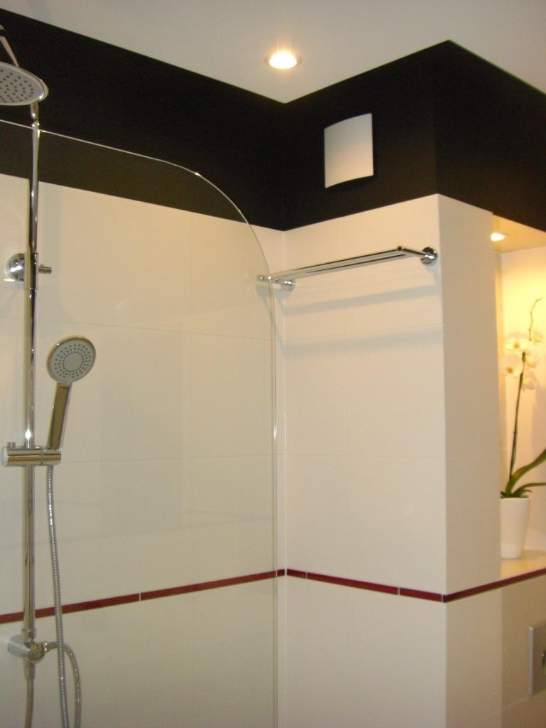 Wykończenia i remonty łazienek Gdańsk. Biało-czerwona łazienka. Master-Bygg